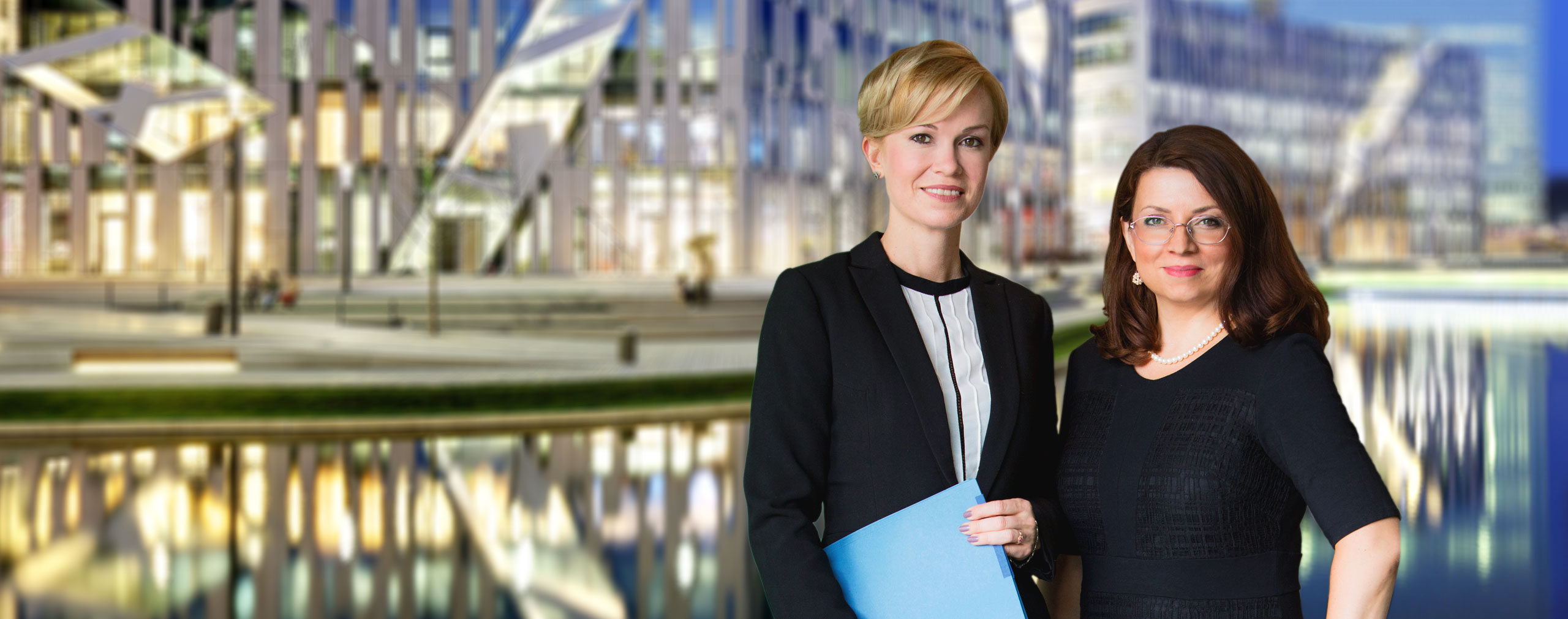 Die 2 Gründerinnen von SGH Legal vor ihrer Anwaltskanzlei