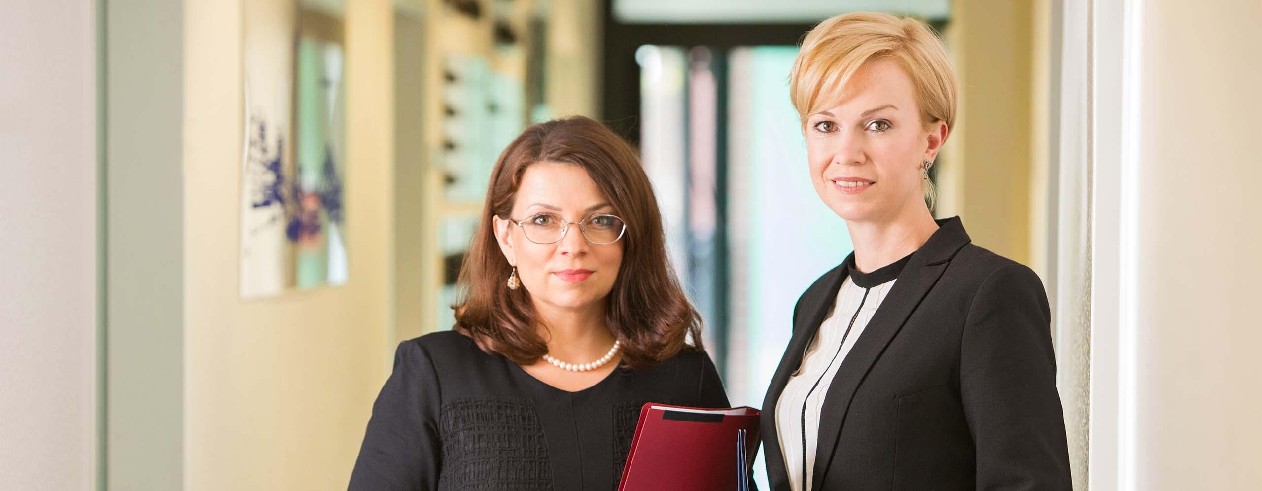 Die 2 Gründerinnen von SGH Legal in ihrer Anwaltskanzlei